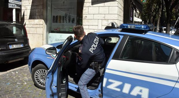 Roma, uccide moglie a coltellate in strada: fermato dai passanti e arrestato dalla polizia. Colpita almeno 10 volte