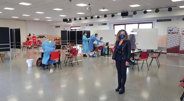 Il sindaco di Falconara, Stefania Signorini, durante il sopralluogo al centro vaccinale al circolo Leopardi