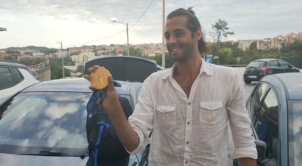 Gianmarco Tamberi mostra la medaglia d'oro sotto casa
