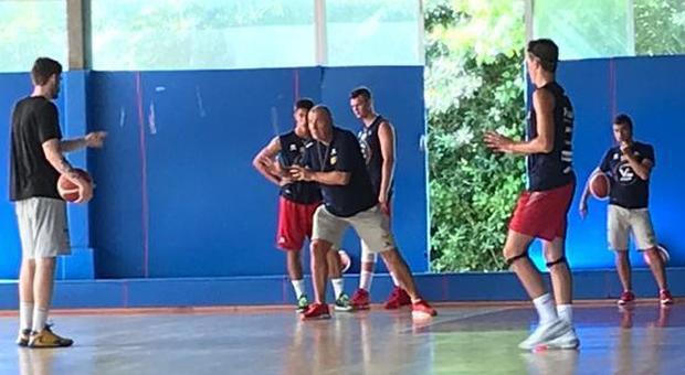 Il coach croato Jasmin Repesa durante il primo allenamento con alcuni baby della Vuelle
