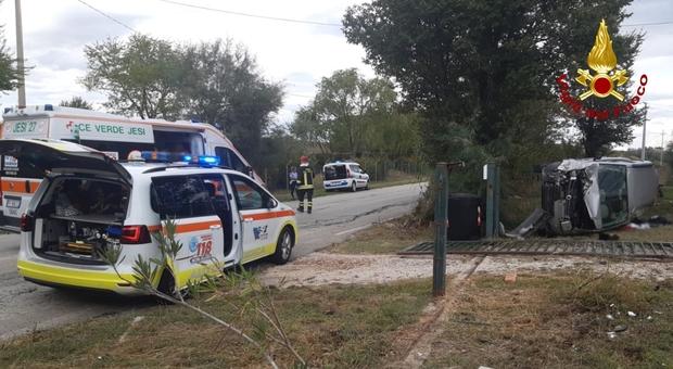 Auto urta un cancello e si ribalta sul fianco: i vigili del fuoco mettono al sicuro il conducente