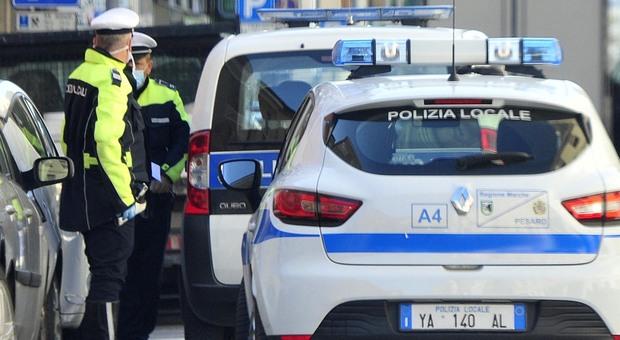 Pesaro, rissa tra ragazzini, torna con un machete per farsi giustizia e aggredisce i vigili: arrestato 19enne