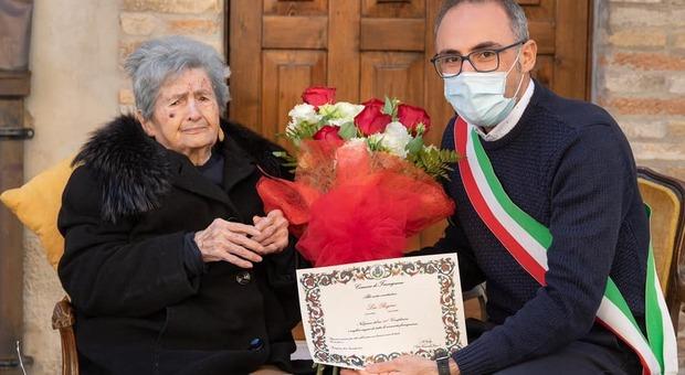 Il sindaco Feduzi insieme a Lea Regini in occasione del suo compleanno festeggiato lo scorso novembre