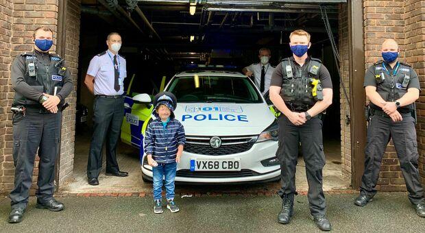 Bimbo di 5 anni salva la vita alla mamma chiamando il numero scritto sull'ambulanza giocattolo