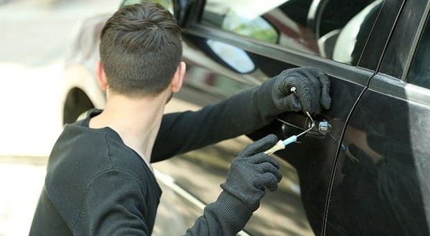 Furti in serie nelle automobili in sosta lungo l Ete: rubati soldi e bancomat