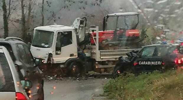 Non si ferma all alt, scatta l inseguimento: l auto dei carabinieri si schianta in curva. Feriti due militari
