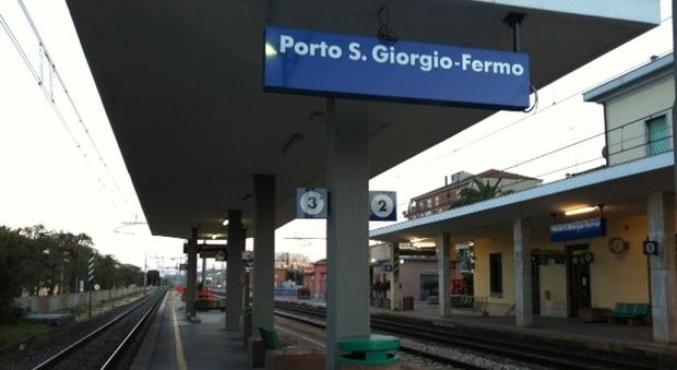 Porto San Giorgio, si stende sui binari per farla finita: ragazzo salvato in extremis