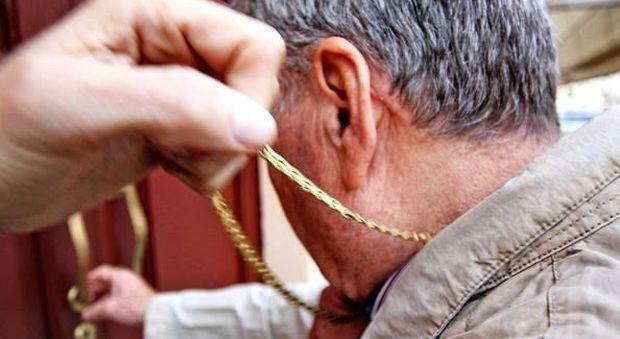 Fabriano, abbraccio beffa: la ladra le sfila dal collo la collana d'oro
