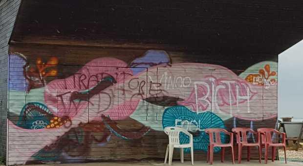 Uno dei murales imbrattati