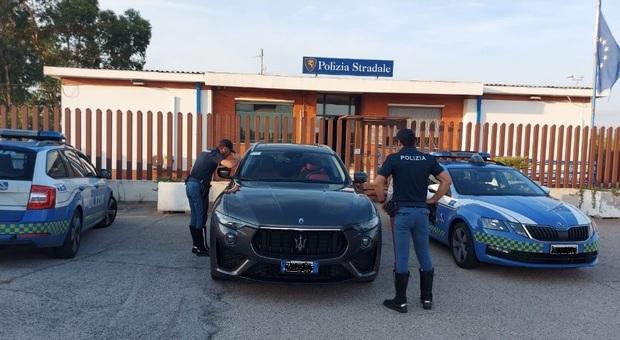 Sull'A14 fermati con la Maserati rubata, fuga nei campi: auto sequestrata dalla Polstrada