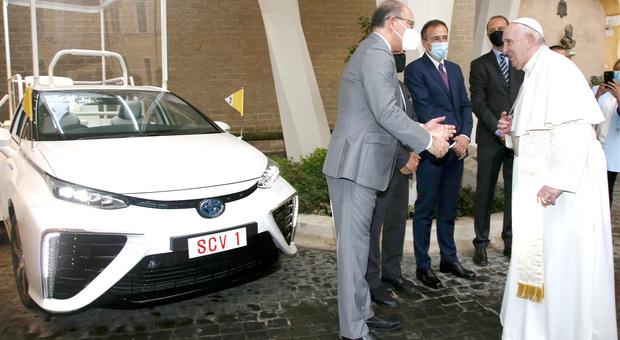 Papa Francesco riceve dai vertici della Toyota Europa e della Toyota Italia la Mirai a idrogeno donata dalla Conferenza Episcopale Giapponese