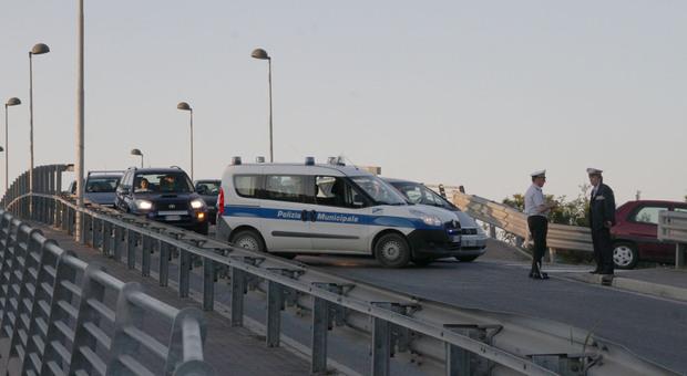 «Fate presto, venite. C'è un cadavere sotto il ponte». Ma era un clochard che dormiva