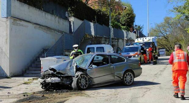 Perde il controllo dell'auto che finisce contro una macchina in sosta e poi si schianta su un moretto