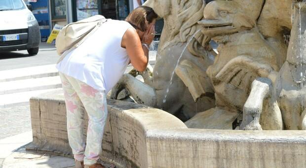 Ad Ancona si cerca refrigerio con l'acqua delle fontane