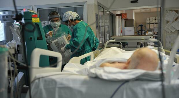 Un reparto di rianimazione: il calo di ricoveri nelle Marche si è fermato