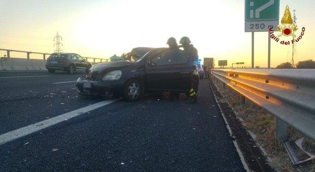 Scontro tra un autoarticolato e un'auto sull'autostrada A14: una persona ferita, caos traffico