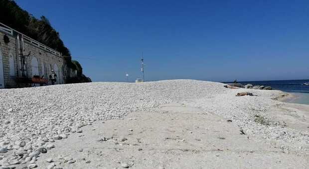 La spiaggia del Passetto ancora da sistemare