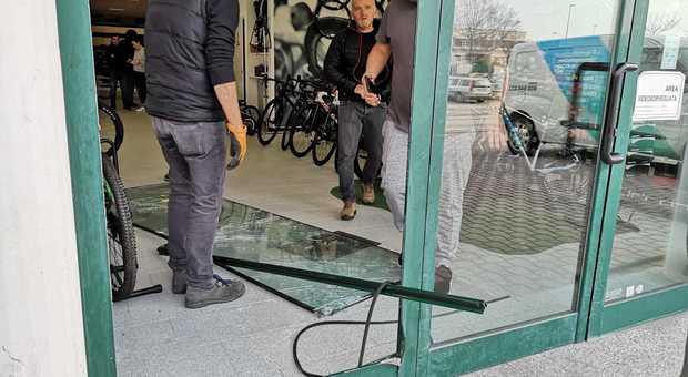 I danni provocati dai ladri nel negozio Cicli Copparo
