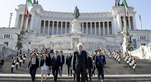 La celebrazione per il 25 aprile: Mattarella rende omaggio all'Altare della Patria con una corona d'alloro
