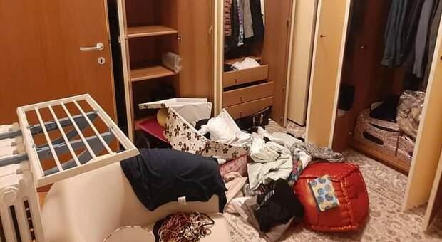 Una delle stanze messe a soqquadro dai ladri