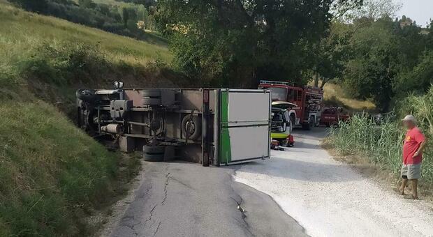 Urta la scarpata e si ribalta con il camion: 48enne soccorso dall'eliambulanza