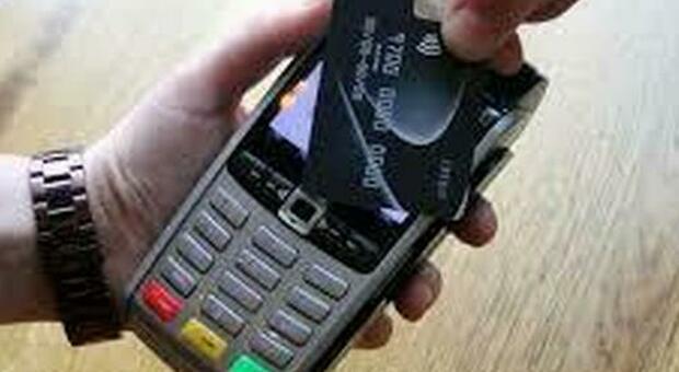 Offerte con bancomat e carta di credito, pos installato in una chiesa a Cremona