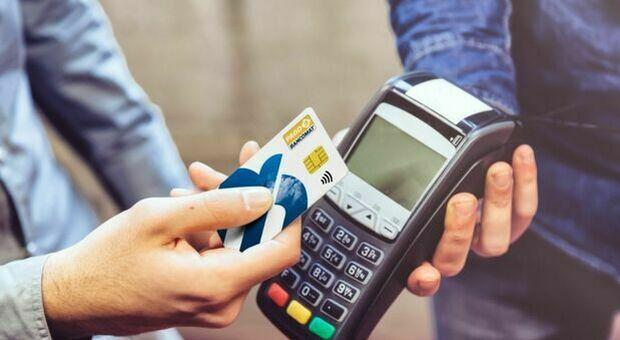 Cashback, arrivano i soldi sui conti correnti, ma tempi lunghi per il superpremio. Possibili problemi sui reclami