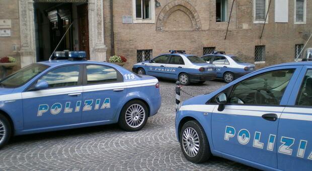 Le auto della polizia davanti alla questura
