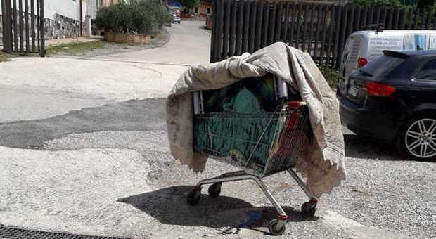 Orrore fuori del supermercato: cadavere di un uomo trovato in un carrello della spesa