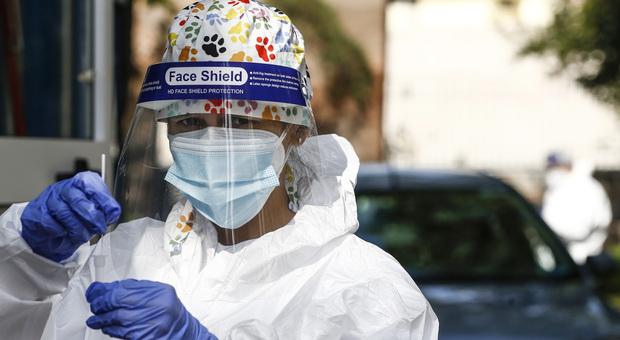 Coronavirus in Italia, meno tamponi e più casi: sono 11.705 nelle ultime 24 ore. I nuovi decessi sono 69