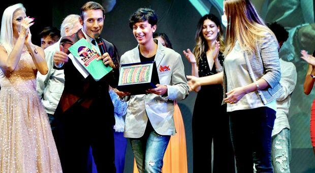 Francesco Simoncini, quindicenne di Serra San Quirico, mentre viene premiato sul palco