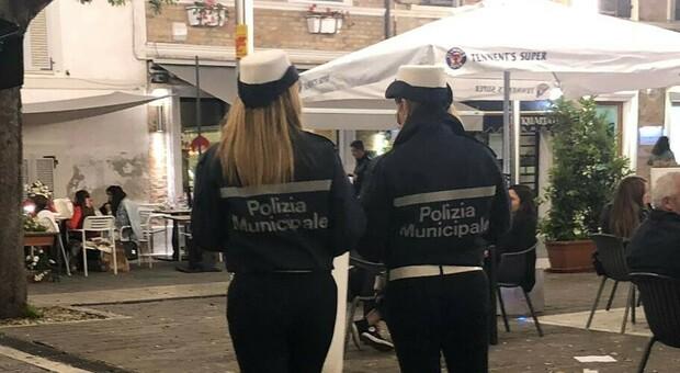 Una pattuglia della polizia locale al lavoro