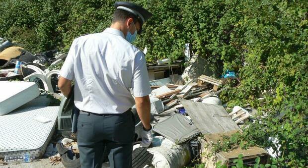 Ancona, tonnellate di rifiuti in due discariche abusive: sequestri, denunce e maxi multe