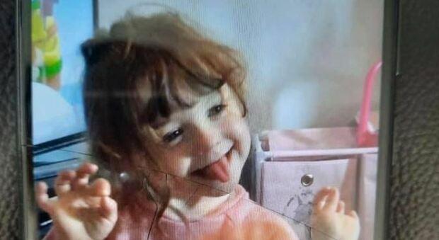 Bambina di 4 anni scompare nel nulla: avvistata l'ultima volta all'uscita di un parco giochi