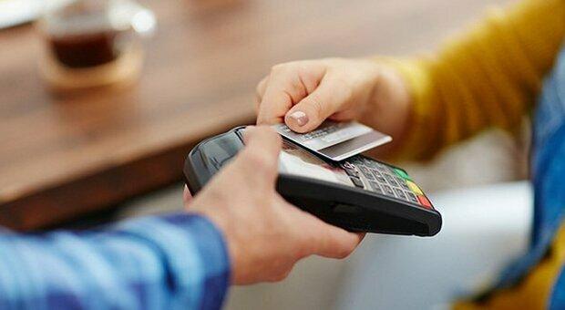 Natale, extra-cashback in arrivo: rimborsi fino a 150 euro per chi fa 10 spese con carte e app