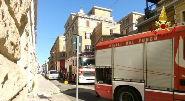 Incendio al palazzo delle poste, evacuato lo stabile e spente le fiamme