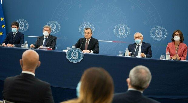 Draghi: «Favorevole a obbligo vaccinale e terza dose. Dai No vax attacchi odiosi»