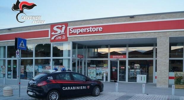 Rubano tremila euro nel supermercato, caccia alla banda della Mercedes grigia. I banditi sono stati ripresi dalle telecamere