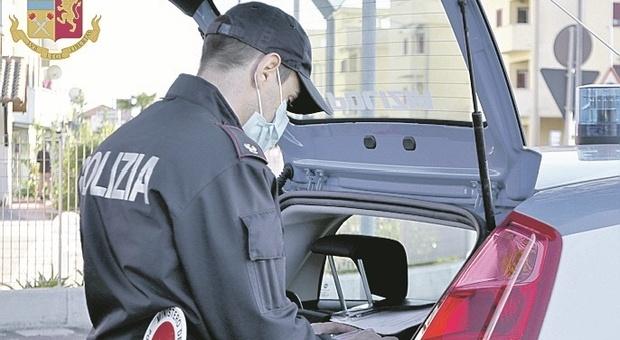 Fermo, chiede il permesso di soccorso con documenti fasulli e datore di lavoro inventato: caccia ai falsificatori