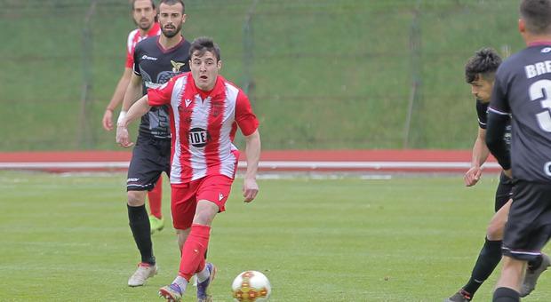 Alessandro Di Renzo, 20 anni, terzino sinistro del Matelica, in azione domenica scorsa a Macerata nel derby contro il Fano