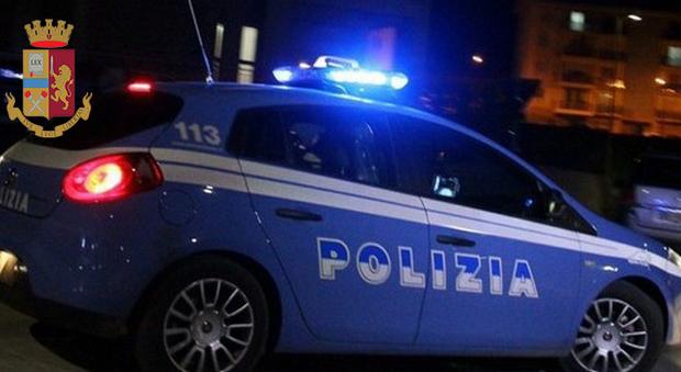 Bullo di 19 anni arrestato durante la notte brava ora paga i danni all'auto della polizia: farà volontariato per evitare il processo