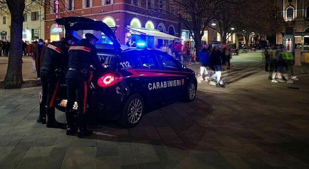 Calci a un carabiniere dopo insulti e provocazioni: «Che volete sbirri?». Bloccato con lo spray