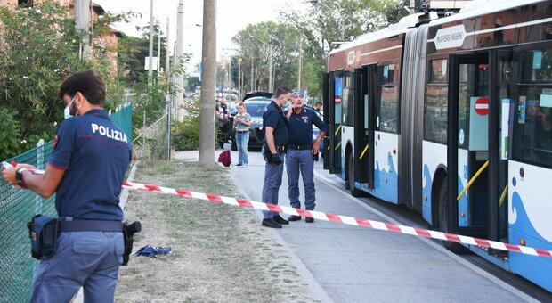 Coltellate sul bus a Rimini, tra le vittime del somalo c'è anche una donna marchigiana