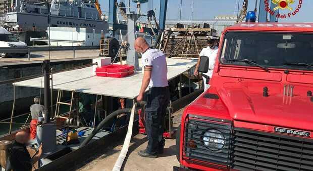 Civitanova, una vongolara imbarca acqua al largo: scatta l'allarme, ma riesce a rientrare senza affondare
