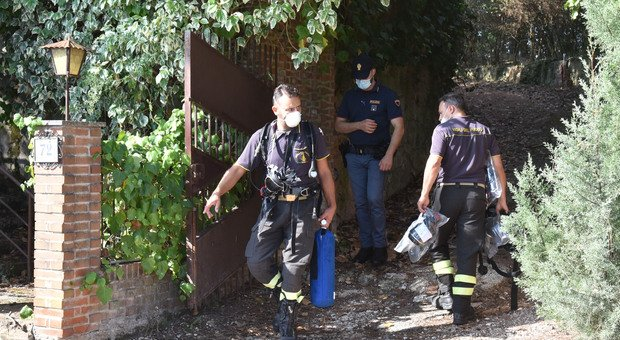 La polizia nella villetta della famiglia trovata morta