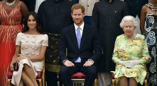 Harry e Meghan, la Regina Elisabetta costretta alla replica: «Addolorata per loro, il razzismo problema da affrontare»