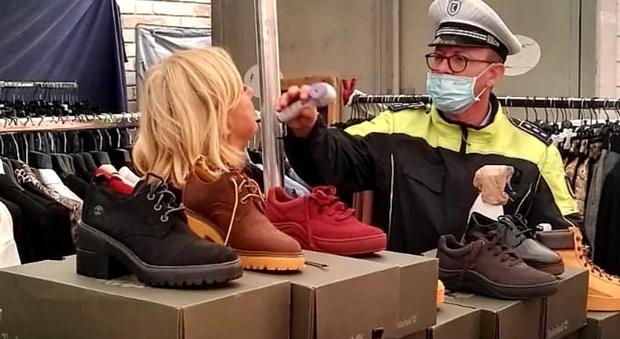Blitz anti Covid tra le bancarelle: i vigili urbani misurano la febbre agli ambulanti
