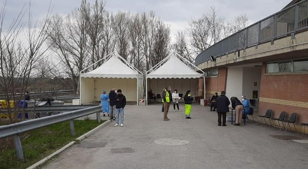Il nuovo gazebo sistemato per l'attesa al punto vaccinazioni di Urbino
