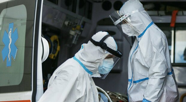 Infermieri con le tute anti-contagio