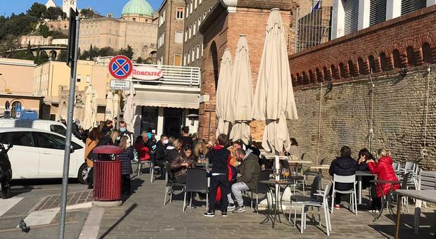 Bar e ristoranti affollati nel porto di Ancona